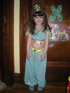 L dressed as Jasmine